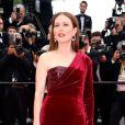 Julianne Moore optou por um vestido vermelho de veludo com fenda lateral, da grife Givenchy, para o segundo dia do Festival de Cannes 2015