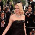 Naomi Watts também prestigiou o segundo dia do Festival de Cannes 2015 e escolheu um vestido longo preto tomara que caia da grife Ralph Lauren
