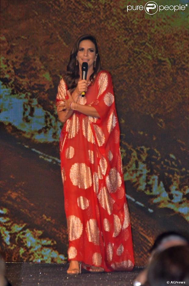 Ivete Sangalo brinca com Deborah Secco na fets ade aniversário dos 50 anos da Xuxa, em 28 de maio de 2013
