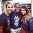 Preta Gil e Thiago Tenório posam com o cantor Thiaguinho no camarim de show em Patos de Minas, em Minas Gerais