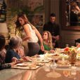 Revoltada com as acusações da mãe, Paloma (Paolla Oliveira) se retira da mesa, e segue para fora da casa, em 'Amor à Vida'