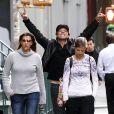 O cantor Bon Jovi passeia com a mulher, Dorothea, e a filha, Stephanie, em Nova York, em setembro de 2009