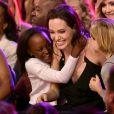 Ao lados das filhas Shiloh e Zahara, Angelina comemora o prêmio no Kids Choice Awards
