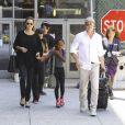 Angelina Jolie com o marido, Brad Pitt, e a filha etíope do casal, Zahara, de 10 anos