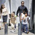 O casal Brangelina com os seis filhos durante um passeio na França