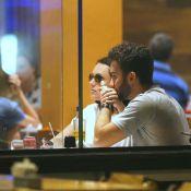 Monica Iozzi e o namorado, Felipe Atra, trocam carinhos em restaurante do Rio