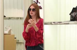 Marina Ruy Barbosa faz compras de sandália rasteirinha com a mãe em shopping