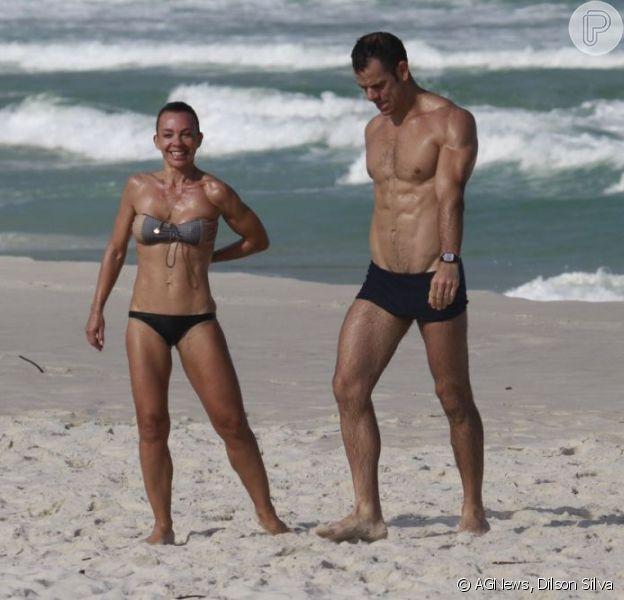 Carla Marins exibiu corpo seco e definido, aos 45 anos, na praia da Barra da Tijuca e conversou com o Purepeople sobre os cuidados que tem com o corpo, nesta segunda-feira, 10 de junho de 2013