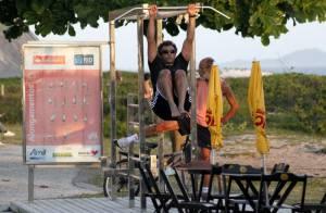 Domingos Montagner se exercita na orla da praia da Barra da Tijuca, no Rio
