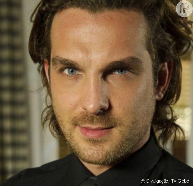Na novela 'Flor do Caribe', Alberto (Irgor Rickli) decide se livrar de Dom Rafael (Cesar Troncoso)