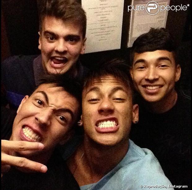 Neymar posa com amigos e faz careta para fotos, em 5 de dezembro 2012