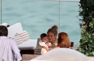 Shakira curte terraço de hotel e enche o filho, Milan, de beijos