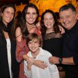 Glenda Kozlowski posa com o filho caçula, Eduardo, de 9 anos, e com o colega de trabalho e comentarista esportivo da Globo Arnaldo Cezar Coelho, a mulher dele, Graça Coelho, e a filha do casal, Mariana