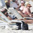 A atriz aproveitou uma folga nas gravações de 'I Love Paraisópolis' e descansou na praia