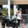 Cauã Reymond não faltou à academia nem no final de semana. Neste sábado, 11 de julho de 2015, o ator foi clicado enquanto deixava o local. Depois de malhar, ele ainda deu uma corrida na praia da Barra da Tijuca, Zona Oeste no Rio de Janeiro