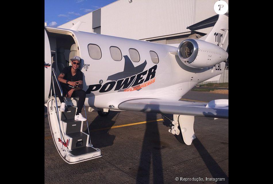 """Neymar comprou um jatinho particular no valor de R$ 12 milhões de doláres. O modelo é um Citation do ano 2010. As informações são do colunista Lauro Jardim, da revista """"Veja"""""""