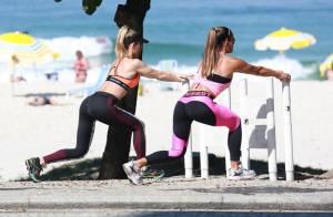 Danielle Winits exibe barriga de fora em malhação com personal em praia carioca