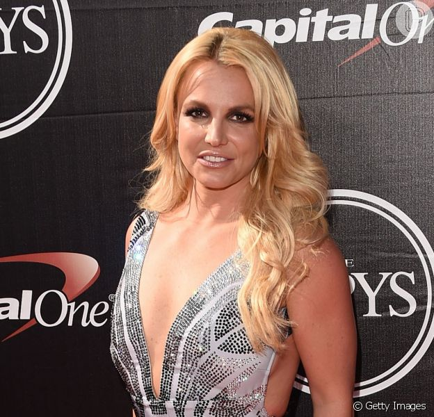 Britney Spears escolheu vestido decotado e com franjas do estilista brasileiro Davidson Zanine e sandálias Le Silla para o ESPYs Awards 2015, nesta quarta-feira, 15 de julho de 2015