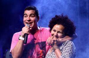 Thiago Martins faz show após vitória do Brasil e homenageia a mãe no palco