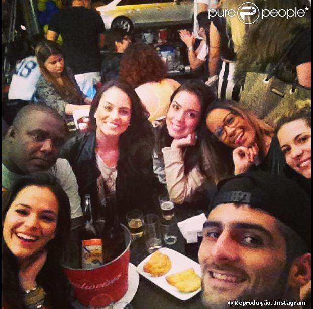 Bruna Marquezine vai a bar carioca com Rafaella Beckran, irmã de Neymar, e outros amigos, em 27 de junho de 2013