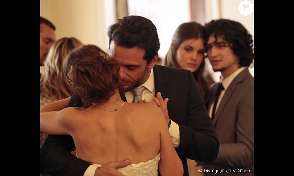 Carolina (Drica Moraes) e Alex (Rodrigo Lombardi) se casam e Angel (Camila Queiroz) não segura as lágrimas