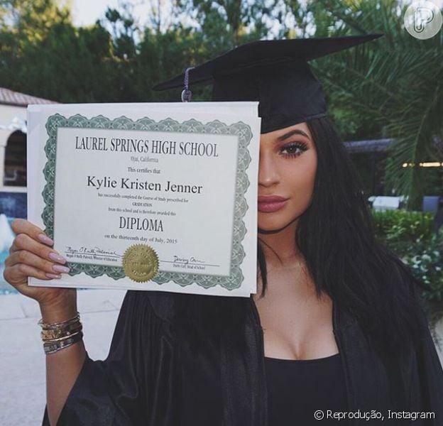 Aos 17 anos, Kylie terminou os estudos e publicou fotos comemorativas com as irmãs Kardashians nesta quinta (23)