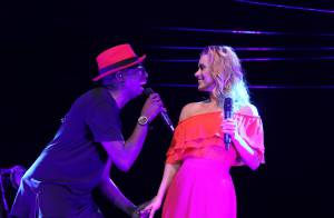 Carolina Dieckmann sobe ao palco e solta a voz com Mumuzinho em show no Rio