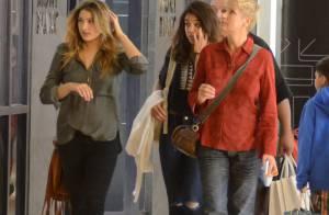 Xuxa e Sasha fazem compras em shopping e chamam a atenção dos fãs