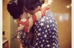 Katy Perry posta foto abraçada a John Mayer em feriado americano: juntos de novo