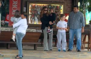 Giovanna Antonelli almoça com as gêmeas e o filho, Pietro, no Rio