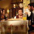 Maciel (Kiko Pissolato) dá um golpe em Márcia (Elizabeth Savala), Valdirene (Tatá Werneck) e Gentil (Luis Melo), em 'Amor à Vida'