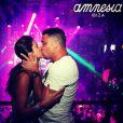 Ronaldo e Paula Morais se beijaram em boate de Ibiza, afastando os rumores de crise no relacionamento. A foto foi publicada pela DJ em 16 de julho de 2013