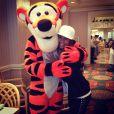 Rafaella, irma de Neymar, tira foto com o Tigrão da Disney