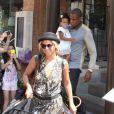 Beyoncé, Jay-Z e Blue Ivy são tietados por fãs ao deixarem café de Toronto, no Canadá