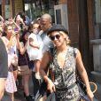 Beyoncé, Jay-Z e Blue Ivy são cercados por fãs ao deixarem café. O marido da estrela do R&B parece não gostar muito do assédio