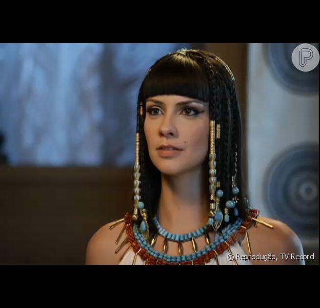 Nefertari (Camila Rodrigues) diz para Ramsés (Sérgio Marone) que Moisés (Guilherme Winter) deve morrer para que os egípcios não sofram com outras pragas, na novela 'Os Dez Mandamentos', em 14 de setembro de 2015