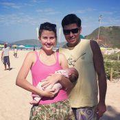 Debby Lagranha viaja para Búzios com a filha recém-nascida e curte dia de sol