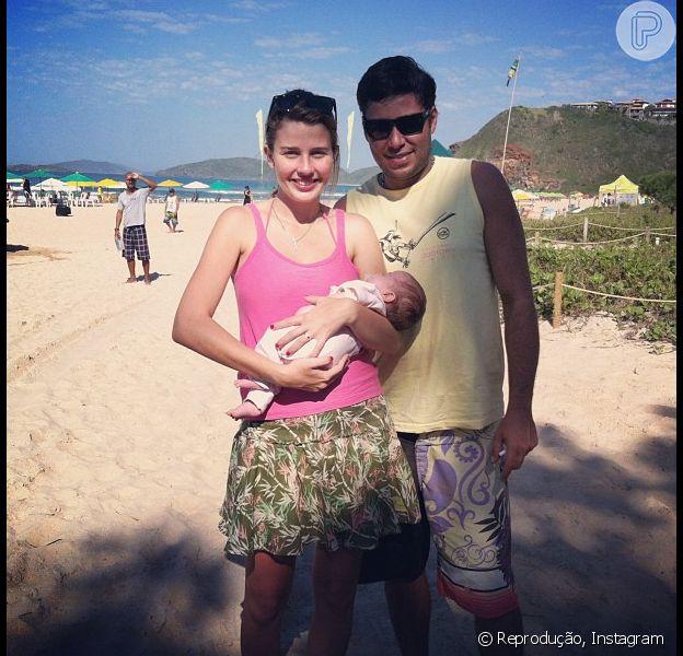 Debby Lagranha curte dia de sol em Búzios, no litoral do Rio de Janeiro, com a filha, Maria Eduarda, e o marido, Leandro Franco. A foto foi publicada no Instagram em 19 de julho de 2013