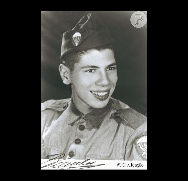Aos 18 anos, Silvio Santos serviu ao Exército e ingressou no grupo de paraquedistas em 1948. Nas forças armadas, ele era conhecido como soldado Abravanel; foto de 1948