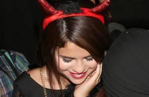 Selena Gomez comemora aniversário vestida de diabinha e ganha bolo personalizado