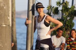Depois de casamento, Luana Piovani se exercita em praia no RJ