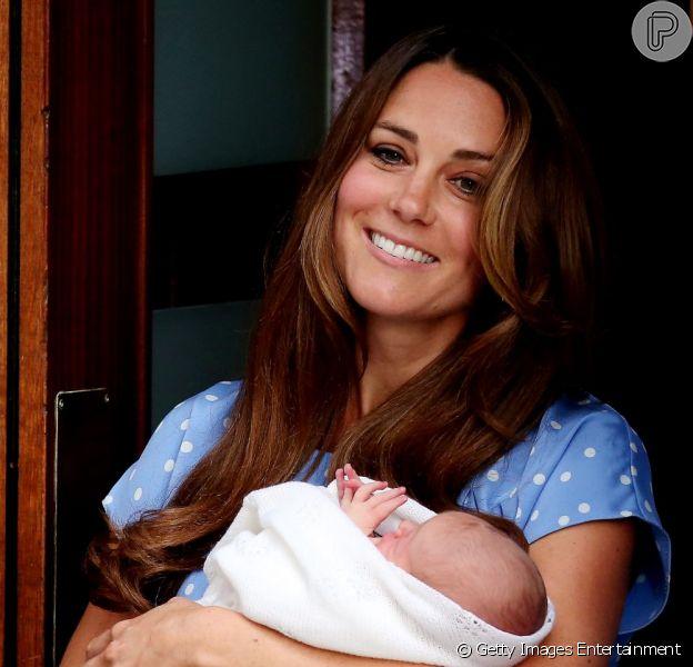 Kate Middleton dispensa babá e conta apenas com a ajuda da mãe nos cuidados com o primeiro filho, George. A informação é da revista 'People' de 31 de julho de 2013