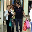 Após o sucesso de Carminha, a atriz vai ao shopping com o marido e a enteada fazer compras; registro de 19 de novembro de 2012