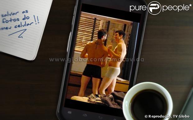 Félix (Mateus Solano) e Anjinho (Lucas Malvacini) são flagrados no quarto do flat por Aline (Vanessa Giácomo) em 'Amor à Vida'