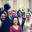 Nicole (Marina Ruy Barbosa) posa ao lado de Thales (Ricardo Tozzi) e os convidados de seu casamento, em cena de 'Amor à Vida'