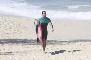 Cauã Reymond e Paulinho Vilhena surfam juntos em praia do Rio