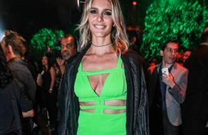 Fernanda Lima aposta em look decotado para receber prêmio em evento gastronômico