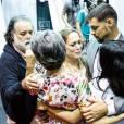 Um abraço coletiva para a despedida de Cassia Kis após cena da morte de Dijanira em 'A Regra do Jogo'
