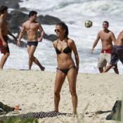 Fernanda de Freitas exibe corpão em praia do Rio
