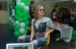 Claudia Leitte distribui livros e brinca de 'The Voice Brasil' em escola do Rio